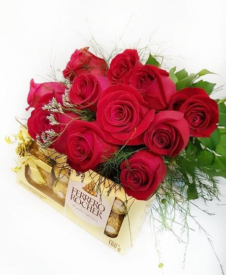 Imagen de Amor mio Descripcion: Ramo de 12 rosas con papel cristalcon ferreros