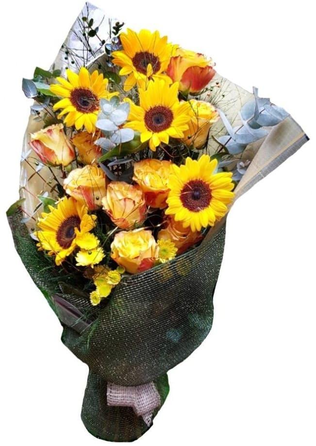 Imagen de Momentos Compartidos Descripcion: Ramo girasoles con 8 rosas amarillas papel debrillos importado